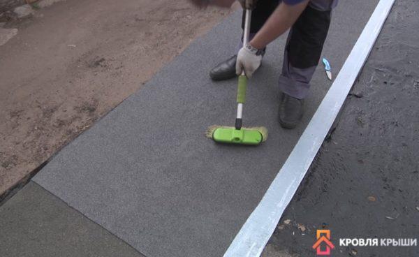 По материалу нужно пройтись валиком или щеткой для увеличения сцепления