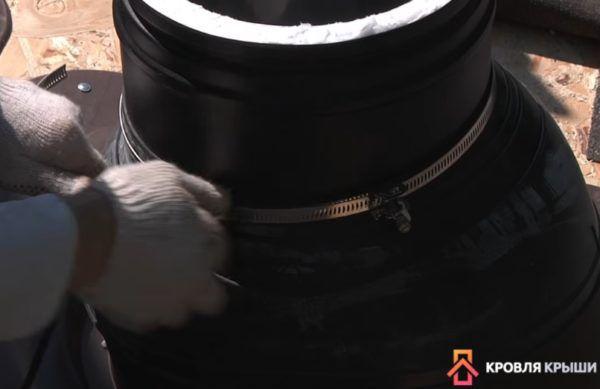 Резиновый кожух затягивается металлическим хомутом