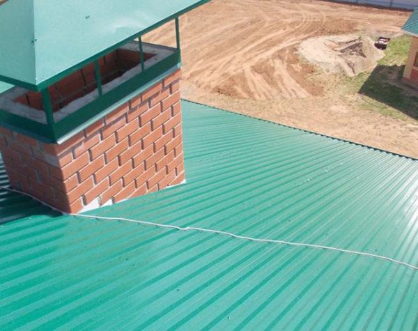 Как правильно класть профнастил на крышу
