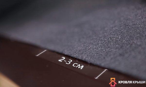 Материал должен не доходить до сгиба планки на 2-3 см