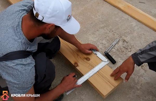 Доска уложена на ровную поверхность, под угольник нужно провести линию
