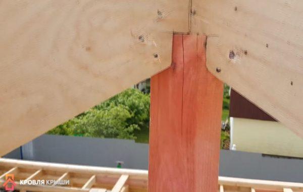По центру дома установлен вертикальный брус