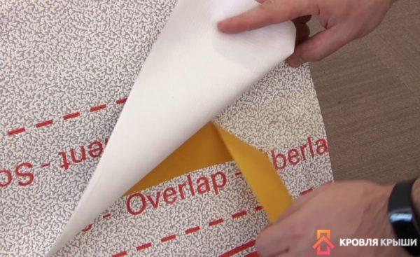 Процесс проклейки перехлеста полос материала