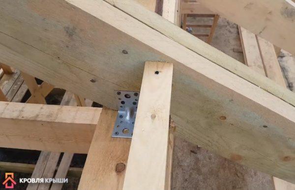 Для фиксации стропил используются металлические уголки
