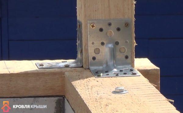 По углам конструкция скреплена металлическими уголками