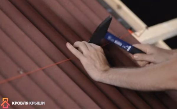 Для удобства можно натянуть веревку или нить
