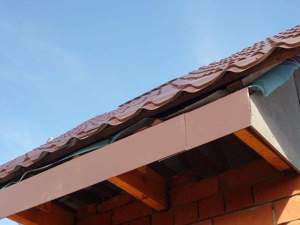 Капельник для крыши выглядит, как обычный лист железа с нанесенным на него полимерным материалом