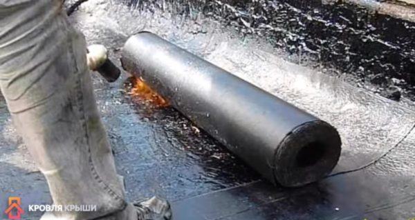 Нагрев битумной мастики газовой горелкой