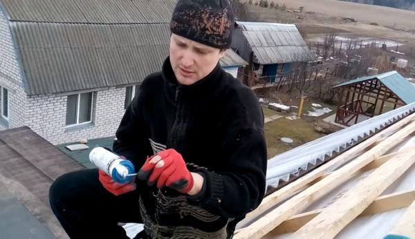 Нанесение силиконового герметика под шляпку гвоздя