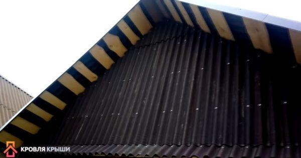 Обшивка фронтона ондулином завершена