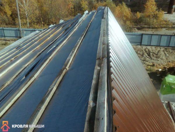 Один скат крыши зашит профнастилом