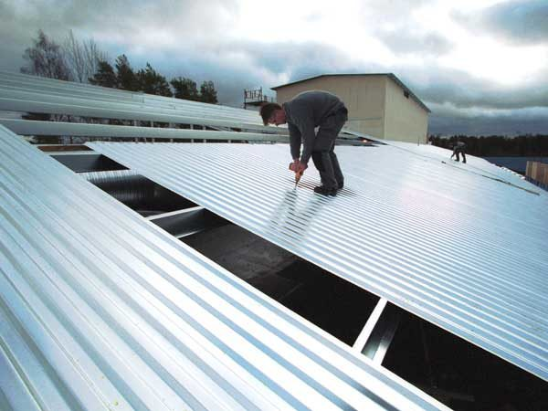 Укладка профнастила на крышу - инструкция