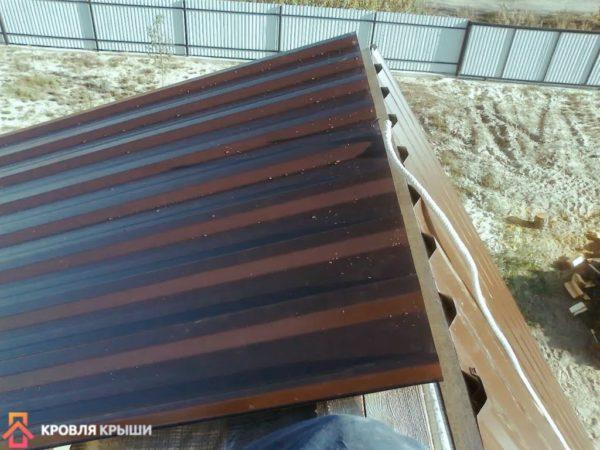 Второй скат крыши зашит профнастилом