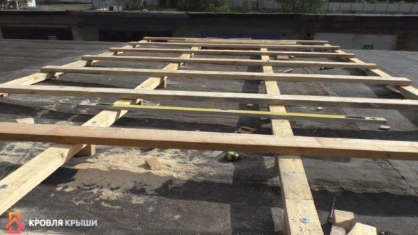 Выравнивание брусков с помощью строительного уровня