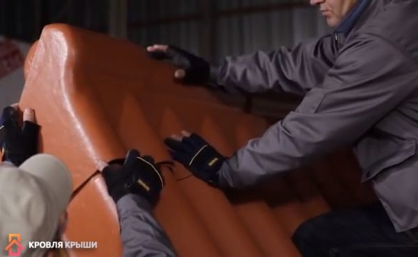 Завершение укладки шифера на крышу