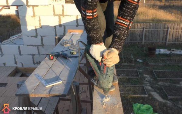 Далее проделываются отверстия в бетоне