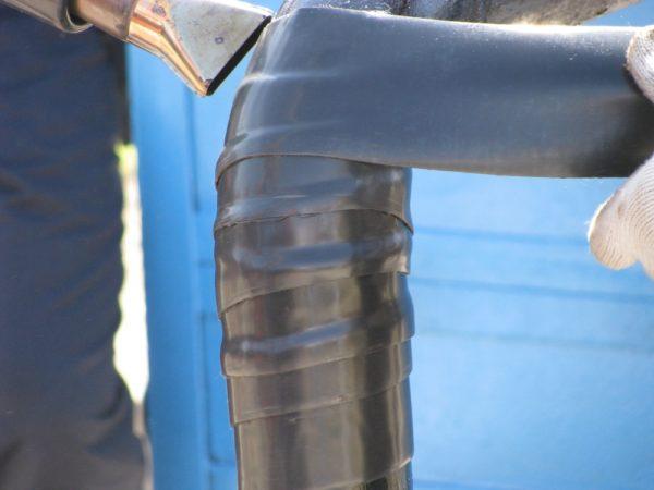 Поклейка полимерно-битумной ленты на металлическую трубу