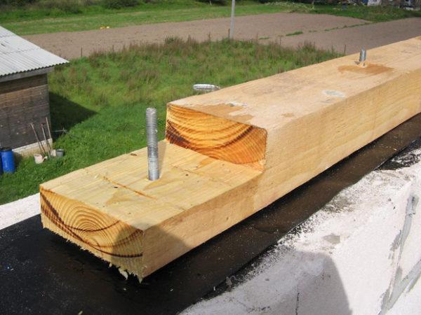 В идеале мауэрлатная балка должна состоять из цельного бруса, но поскольку размеры дома не всегда позволяют это сделать, в некоторых случаях мауэрлат можно нарастить