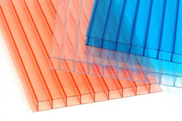Легкость и оптимальная гибкость позволяют использовать сотовый поликарбонат для монтажа самых изощренных форм, воплощая в жизнь оригинальные дизайнерские задумки
