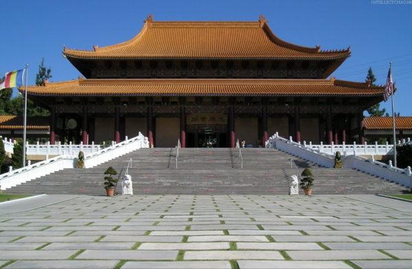 Ломаная четырехскатная крыша — отличительная черта традиционной архитектуры Китая, Японии и Кореи. Только излом они делают не в ту сторону, в которую привыкли мы