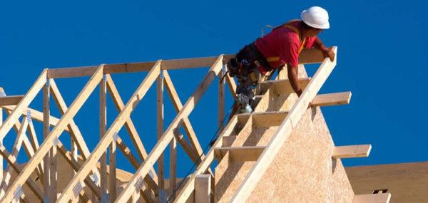 Монтаж стропильной системы двухскатной крыши должен производиться по проекту