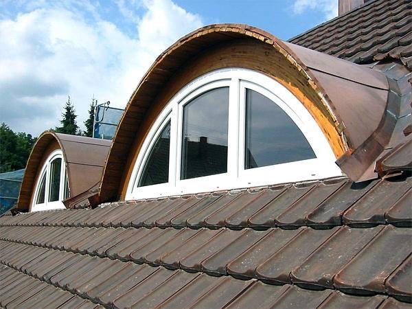 Окно, встроенное в скат крыши, может быть и вертикальным. Такое окно называют «летучая мышь». Встроенное в кровлю из натурального шифера или металлочерепицы, смотрится очень эффектно