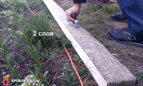 Рубероид крепится строительным степлером