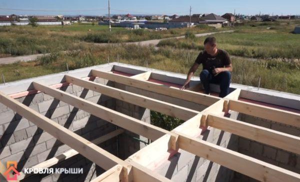Уложены балки потолочного перекрытия