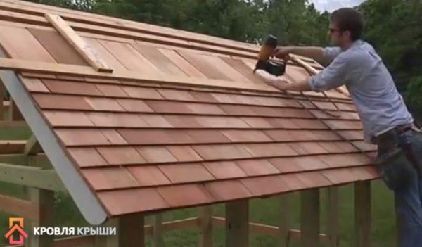 Процесс фиксации дранки на крыше