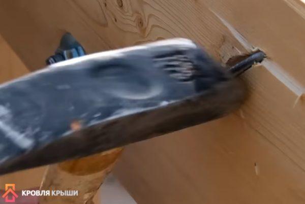 Согнутая часть гвоздя вбивается в доску
