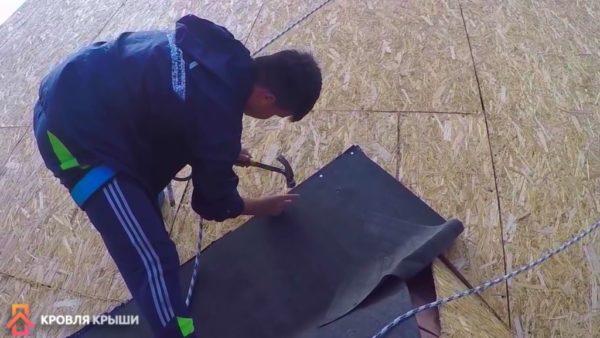 Вбивание гвоздиков с шагом 15-20 см и с отступом 3 см от края