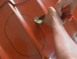 Прорезание отверстия ножницами по металлу