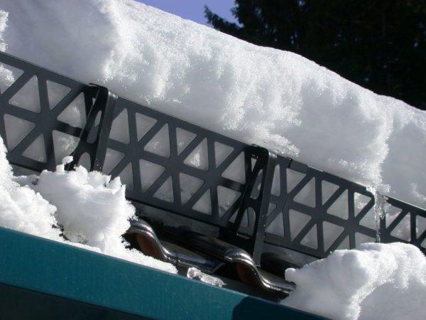 Решётчатый снегозадержатель удерживает снег на крыше