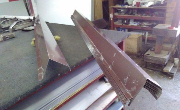 Торцевая планка металлочерепицы 70*90*2000 коричневая