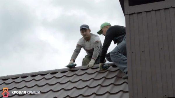 Рабочим оплачивают труд в соответствии с площадью крыши плюс за монтаж примыканий к трубам