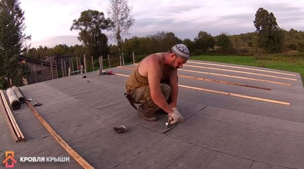 Стык полотен фиксируют строительным степлером