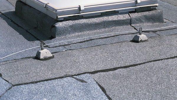 На плоских крышах желательно класть три слоя рубероида