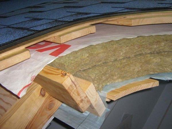 Утепление крыши минватой предполагает применение гидро- и пароизоляции