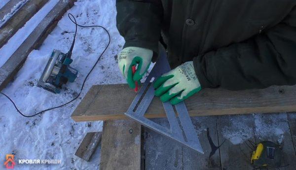 Угольник Свенсона прикладывают к ребру и поворачивают так, чтобы на грани была отметка 30 градусов