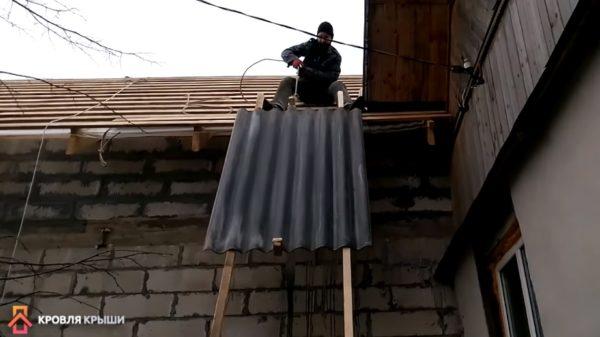 Подъем шифера на крышу