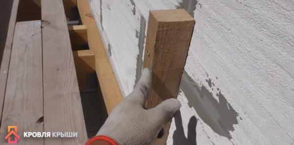 Опоры крепятся к стене саморезами
