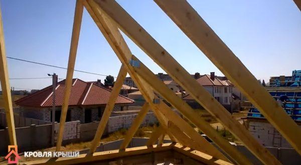 Промежуточные стропила зафиксированы металлическими уголками