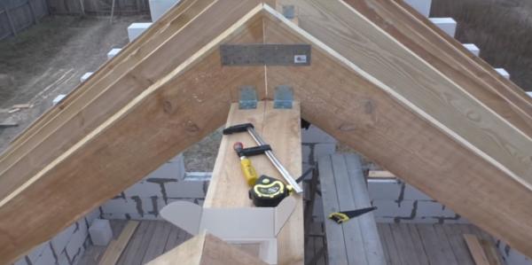 Процесс установки стропил двускатной крыши