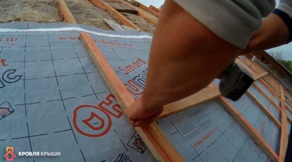 На фото видео используемый шаблон, уложенный на вертикальную рейку
