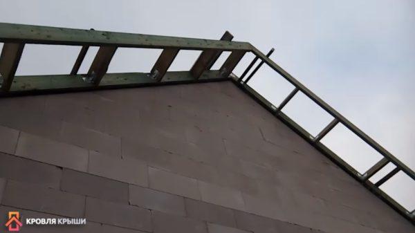 Фото: прибиты ветровые доски