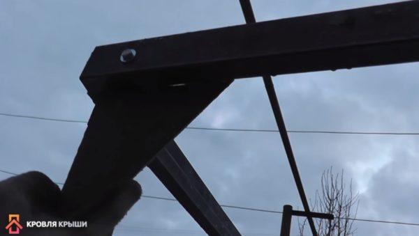 Металлические угольники для увеличения жесткости конструкции