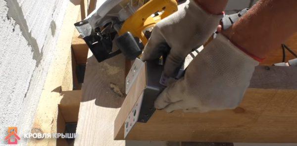 Стропила фиксирутся металлическими упорами