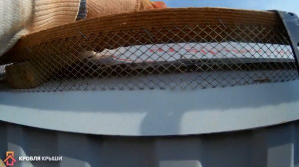 Сетка между контробрешеткой и капельником для защиты от воробьев