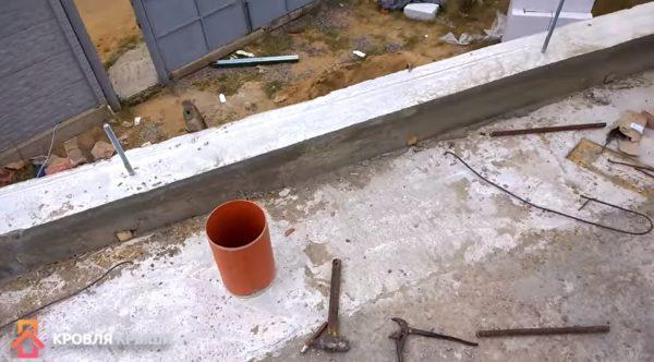 Когда бетон застынет, опалубку убирают