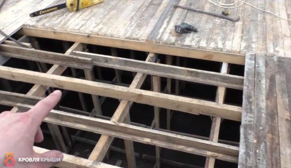 Доски уложены на балки